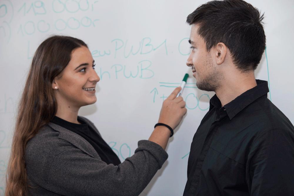 Berufsfachschule: angeregte Unterhaltung am Whiteboard