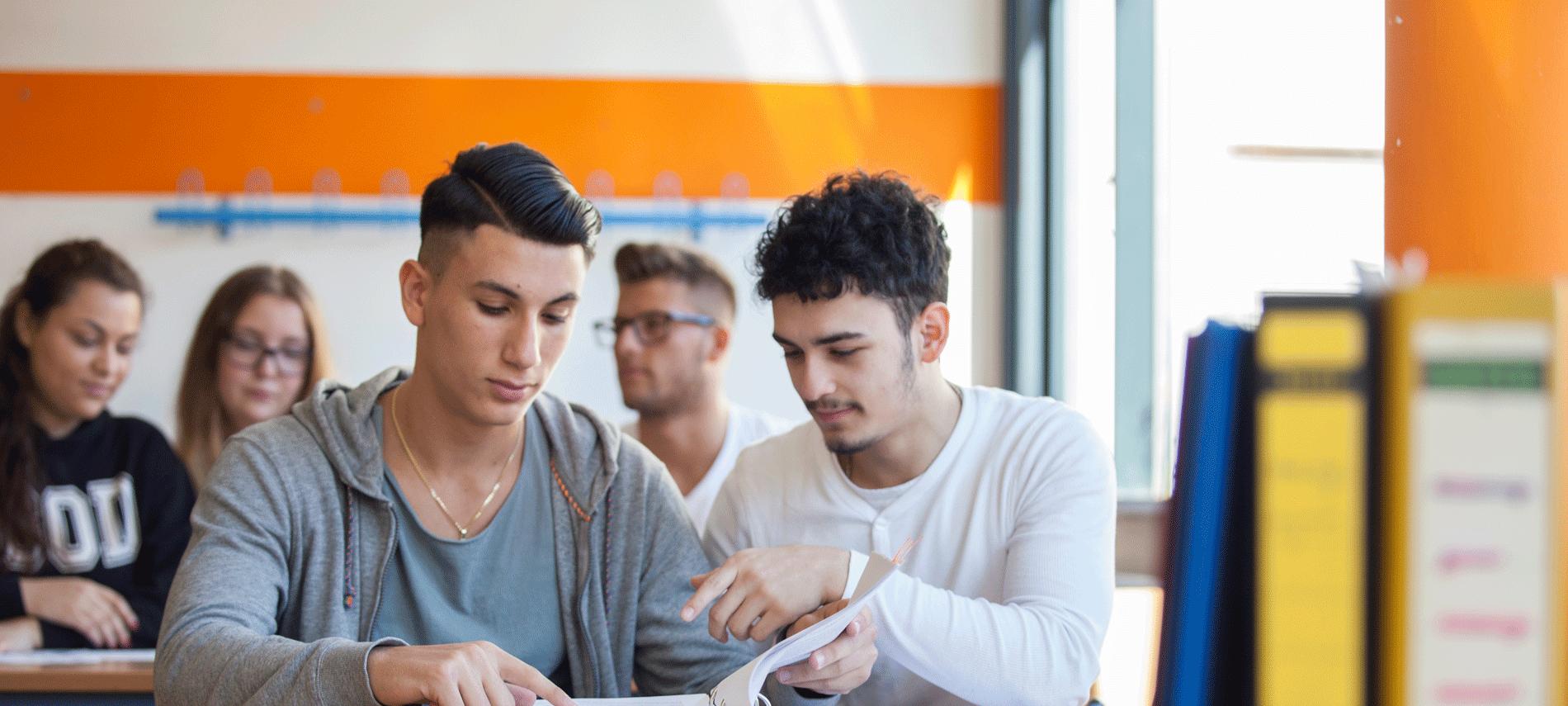 Ein Bild mit zwei Schülern der Sabel Wirtschaftsschule München