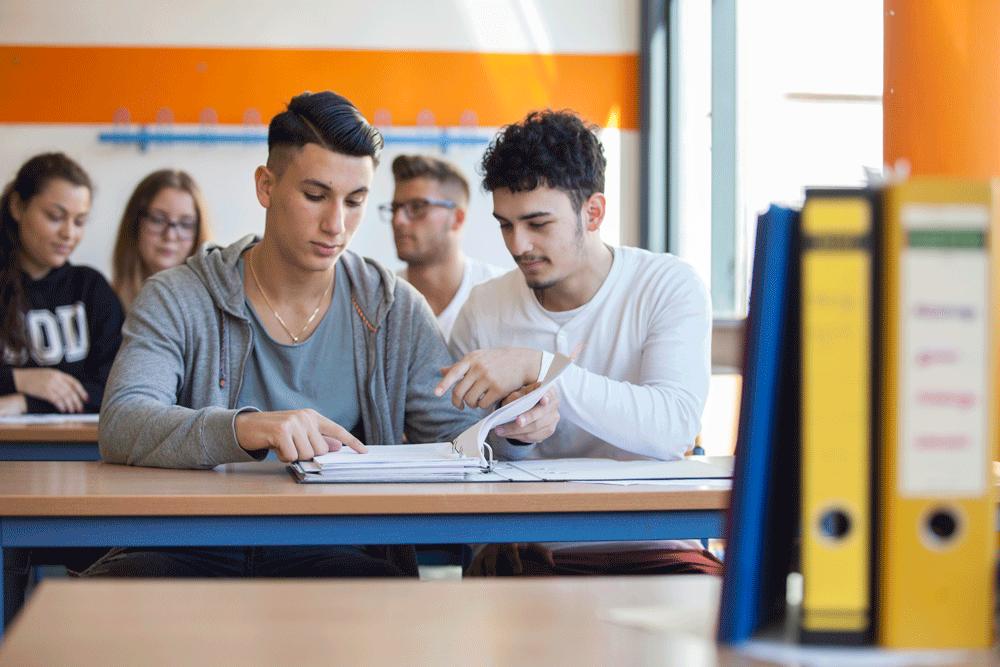 Wirtschaftsschule 2-stufig: Zwei Schüler helfen sich gegenseitig