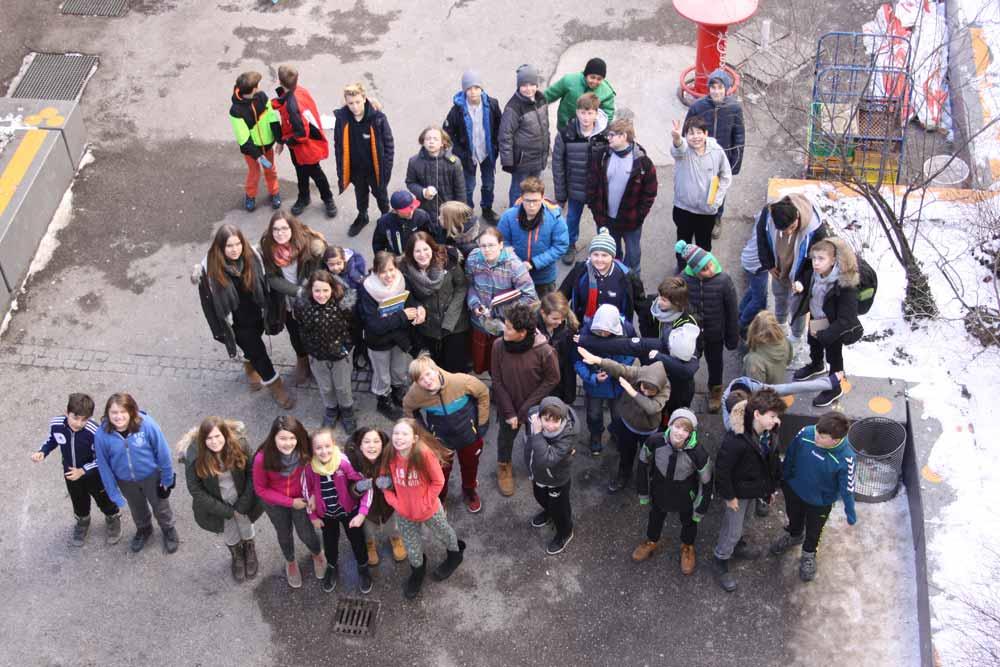 Aufnahme von oben in den Innenhof der SABEL Schulen München mit SchülerInnen am Jogginghosentag