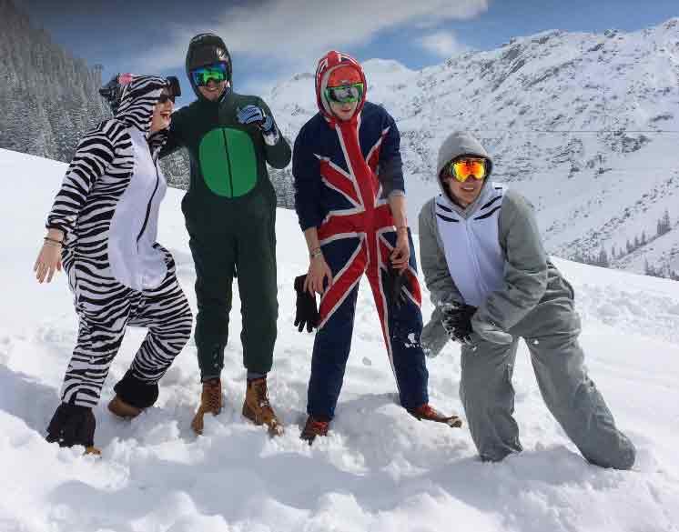 Verkleidete SchülerInnen der SABEL FOS München im Schnee