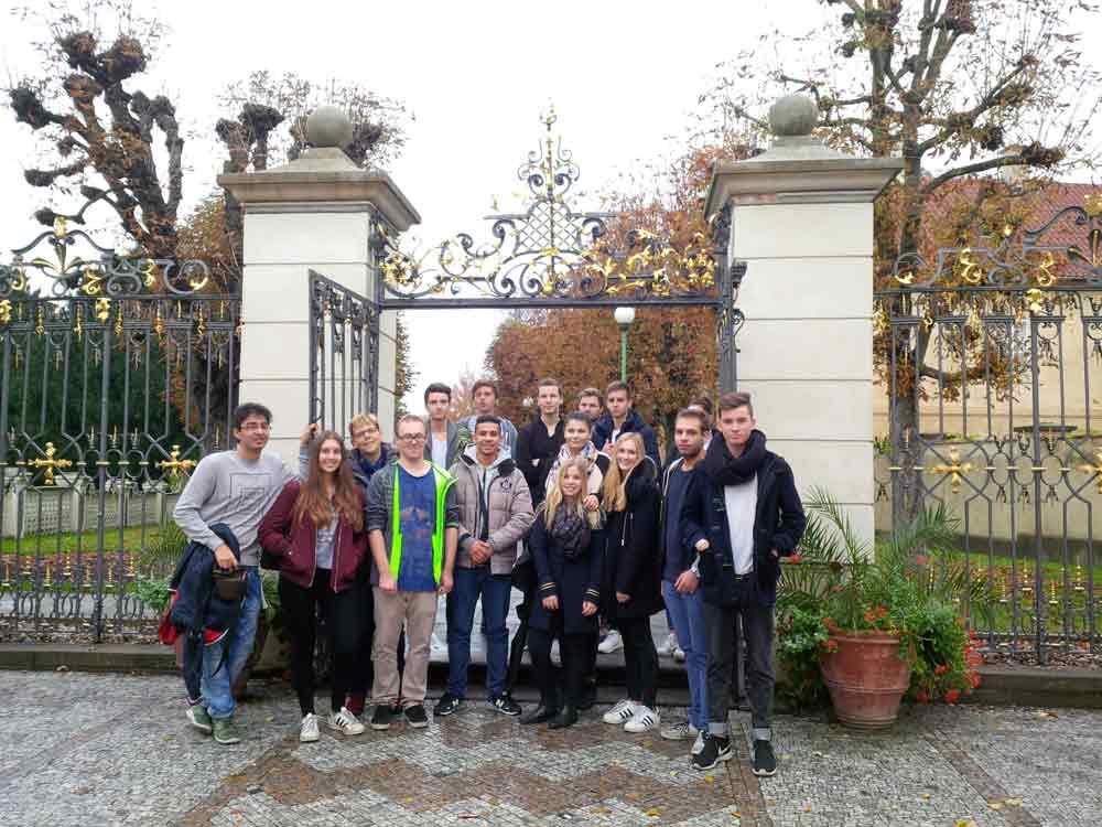 SchülerInnen der SABEL Fachoberschule vor dem Schlosseingang