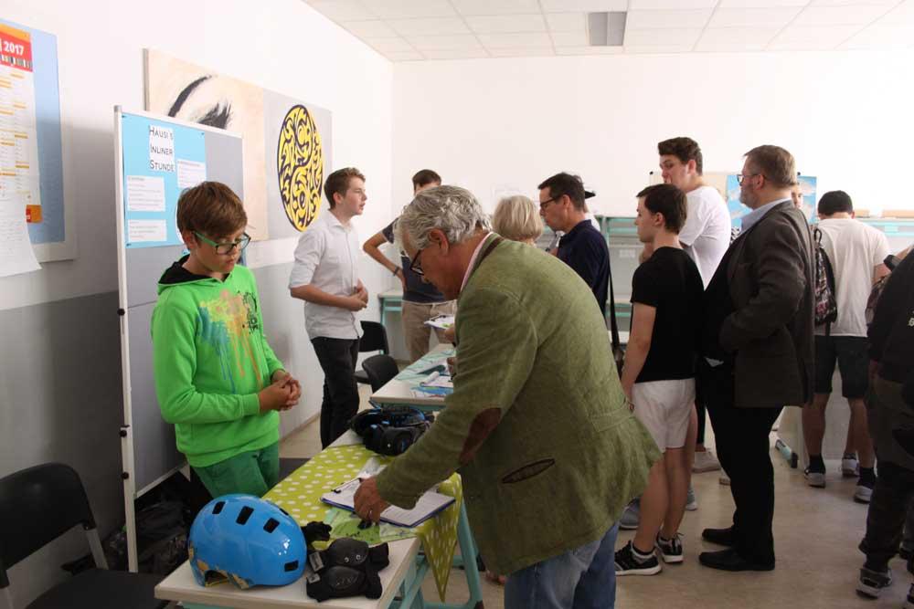 Andrang bei Infoständen während des NFTE Bundesevents Bayern, veranstaltet in den Räumlichkeiten der SABEL Wirtschaftsschule München