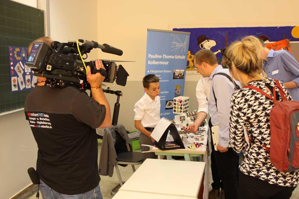 Besucher am Infostand während des NFTE Bundesevents, veranstaltet von der SABEL Wirtschaftsschule München