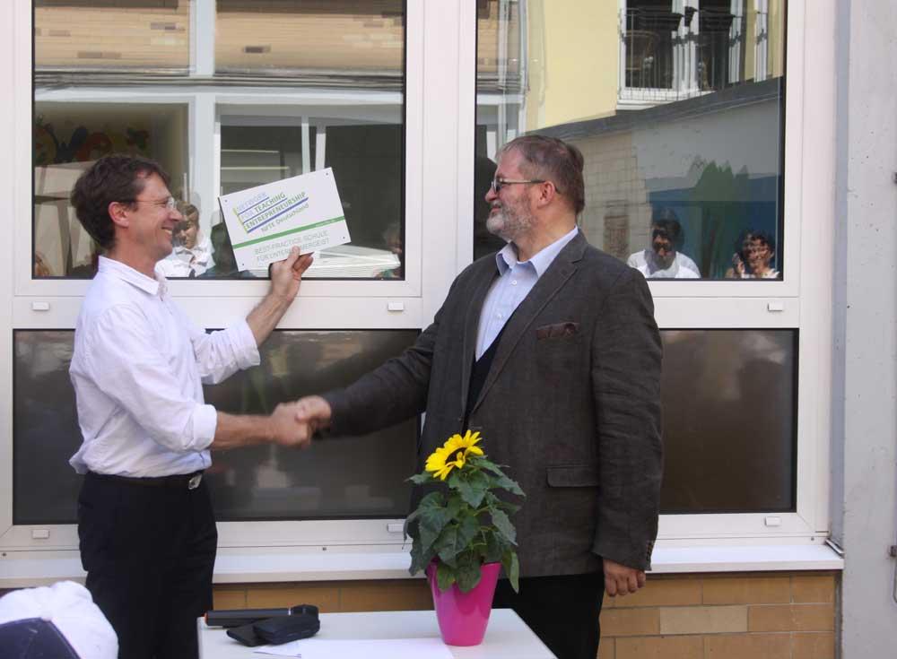 SABEL Wirtschaftsschule München wird NFTE Partner - Übergabe der Auszeichnung an Herrn Rösner, Schulleiter