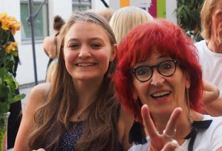 Lehrkraft mit Schülerin der SABEL Wirtschaftsschule München bei der Abschlussfeier