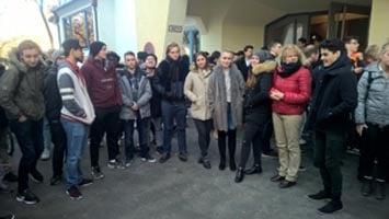 Schüler der SABEL FOS warten vor dem Theater LEO in Schwabing