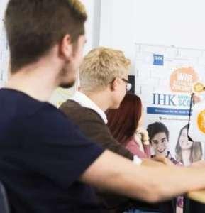 Schüler der SABEL Fachoberschule München bei der IHK Veranstaltung zum Thema Ausbildungssuche