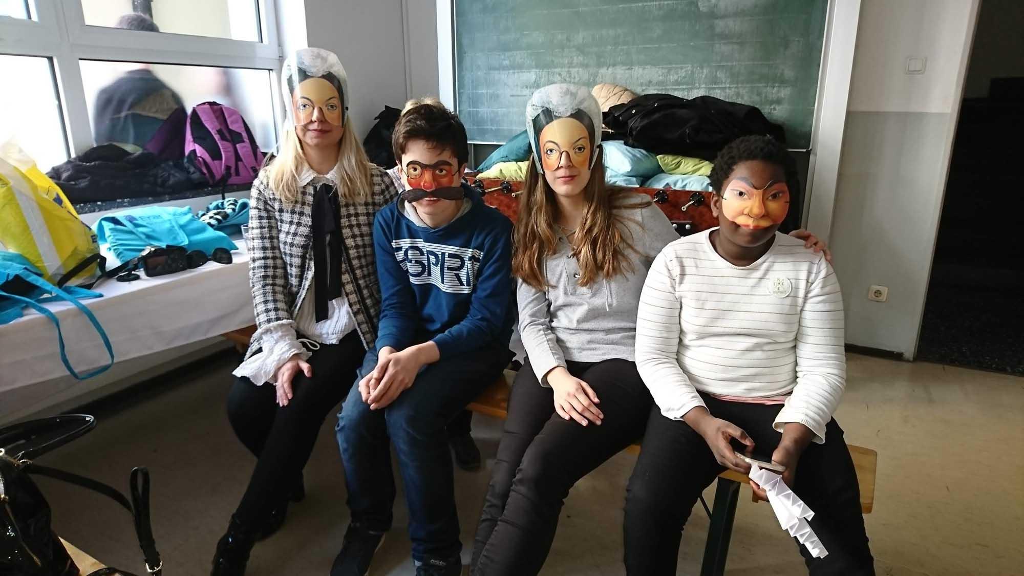 Schüler der SABEL Wirtschaftsschule mit Papiermasken im Rahmen des Projekts Inclusion in secondary school von Erasmus Plus