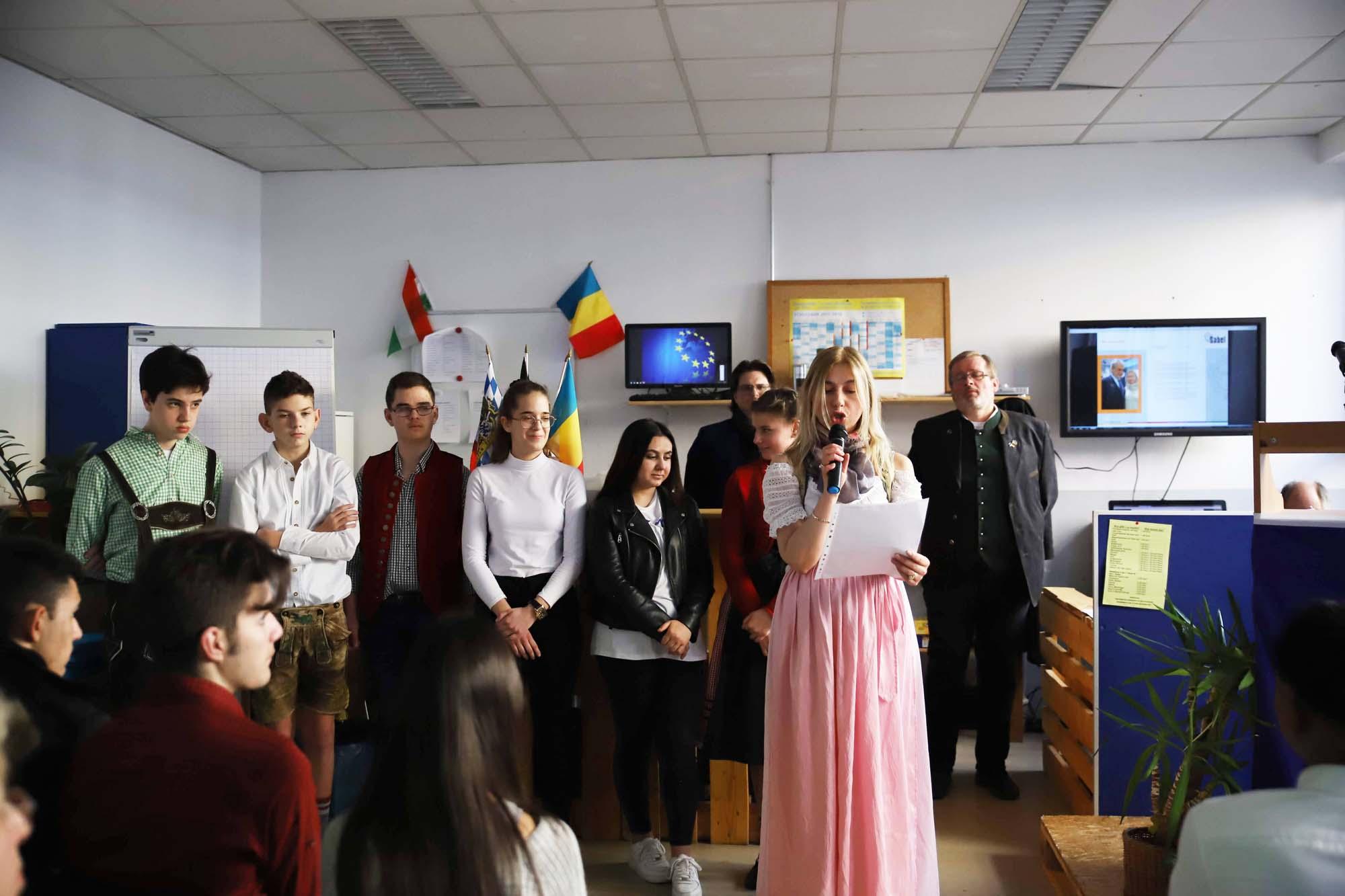 Lehrkraft der SABEL Wirtschaftsschule referiert über das Projekt Inclusion in secondary school