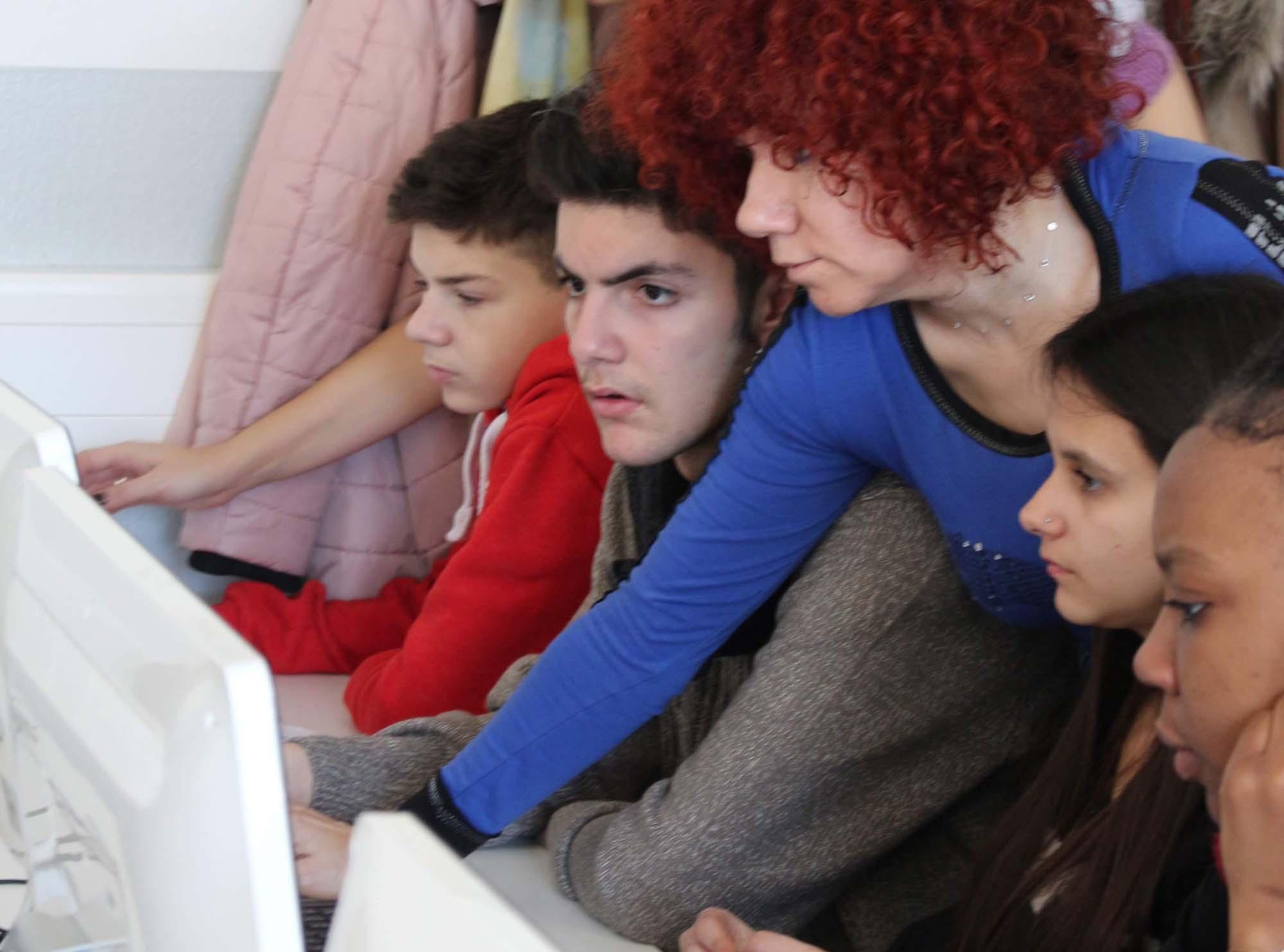 """SchülerInnen während der gemeinsamen Arbeit am Projekt """"Inclusion"""""""