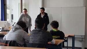 Zwei Schüler der SABEL Fachoberschule München referieren vor ihren Mitschülern zum Thema Bundesdeutscher Vorlesetage