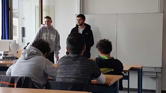 Schüler der SABEL FOS lesen ihren Mitschülern englische und deutsche Texte vor
