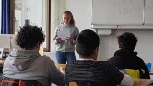 Schülerin der SABEL FOS trägt einen Aufsatz vor