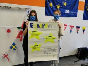 """Schülerinnen stellen Plakat zum Thema """"Zukünftiges Europa"""" vor z"""