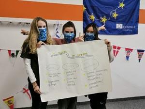 Schüler der SABEL FOS präsentieren ihr Plakat während der ErasmusDays