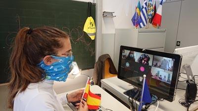 Schülerin der SABEL Wirtschaftsschule beim Video Call während der Erasmus Days