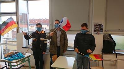 Schüler der SABEL Wirtschaftsschule mit drei Fahnen europäischer Länder