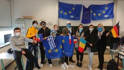 Das Team der SABEL Schule mit Fahnen und Flaggen im Rahmen der Erasmus Days Veranstaltung