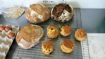 Gemeinsames Brotbacken während der Fortbildung