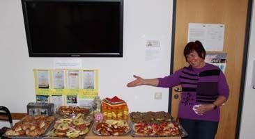 Frau Becker von der SABEL Realschule München freut sich über das gewonnene Frühstücksbuffet