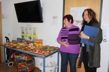 Frau Berger, Schulleitung der SABEL Realschule München, freut sich mit Frau Becker über den Gewinn