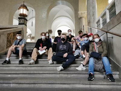 Die SchülerInnen der SABEL FOS München auf den Treppen im Hauptgebäude der LMU München