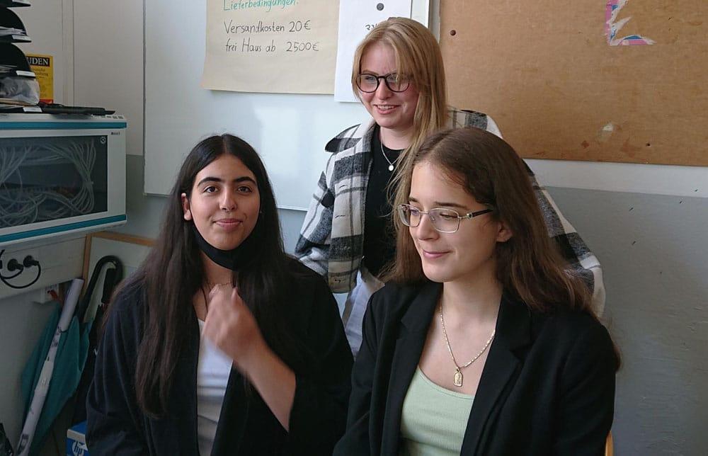 Schülerinnen arbeiten gemeinsam an Projekten während des CLIL Unterrichts an der SABEL Wirtschaftsschule München